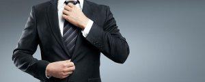 man-tighteneing-tie